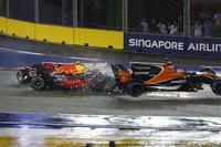 Зіткнення Макса Ферстаппена, Red Bull Racing RB13, і Фернандо Алонсо, McLaren MCL32 Honda