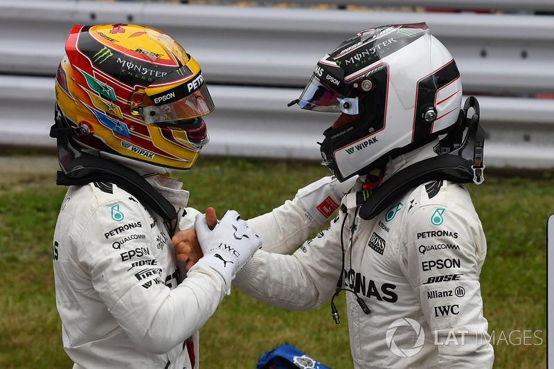 El poleman Lewis Hamilton, Mercedes AMG F1 saluda a su compañero Valtteri Bottas en el parque cerrado