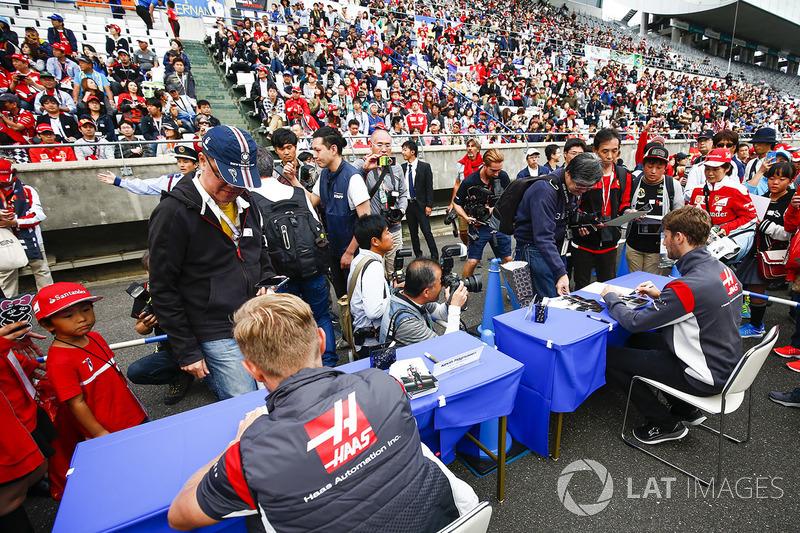 Kevin Magnussen, Haas F1 Team, Romain Grosjean, Haas F1 Team, sign autographs