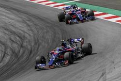 Carlos Sainz Jr., Scuderia Toro Rosso STR12 leads Daniil Kvyat, Scuderia Toro Rosso STR12