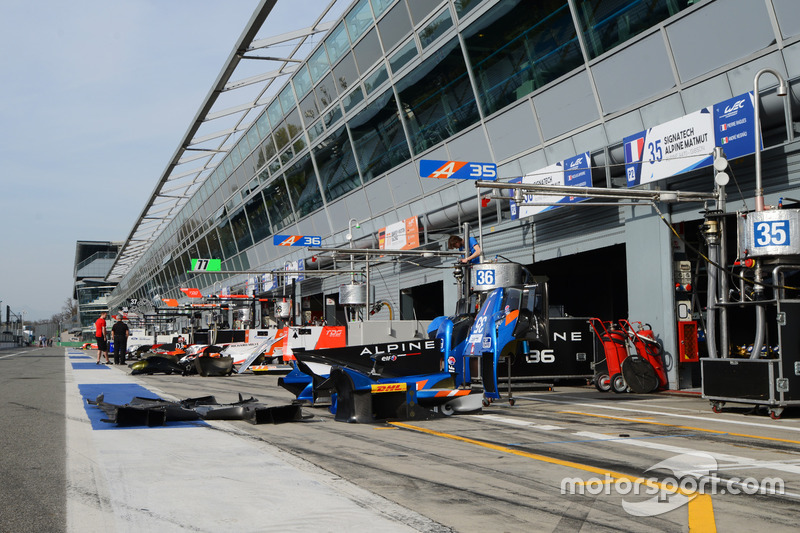 Teams prepare the pitlane