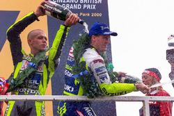 Podio: il vincitore della gara Valentino Rossi, il secondo classificato Kenny Roberts Jr.