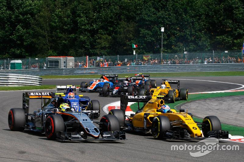 (Da sx a dx): Sergio Perez, Sahara Force India F1 VJM09 e Jolyon Palmer, Renault Sport F1 Team RS16 alla partenza della gara