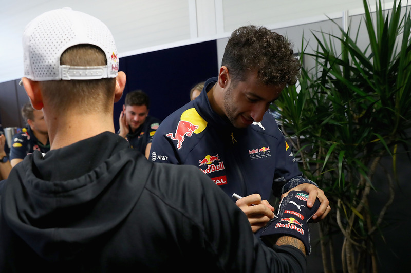 Daniel Ricciardo, Red Bull Racing bekommt ein  Skateboard von Skateboarder Ryan Sheckler