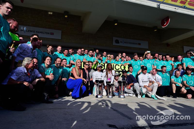 1. Lewis Hamilton, Mercedes AMG F1, 2. Nico Rosberg, Mercedes AMG F1, feiern mit dem Team, Lindsey V