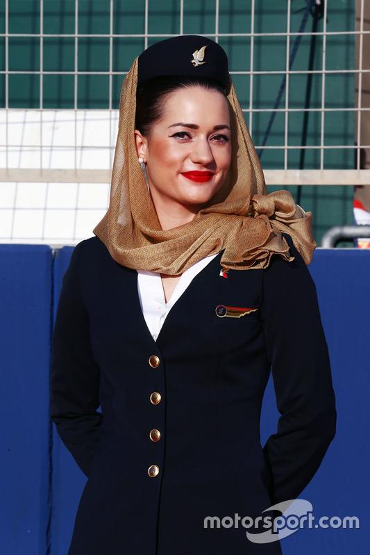 Chica de la parrilla durante el desfile de pilotos