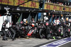 Romain Grosjean, Haas F1 Team VF-18 au stand