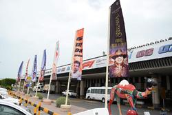 Des drapeaux et des panneaux à l'aéroport
