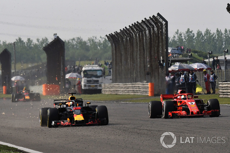 Daniel Ricciardo, Red Bull Racing RB14 and Sebastian Vettel, Ferrari SF71H battle