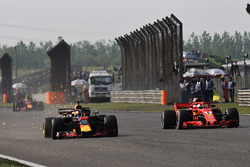 Daniel Ricciardo, Red Bull Racing RB14 lotta con Sebastian Vettel, Ferrari SF71H