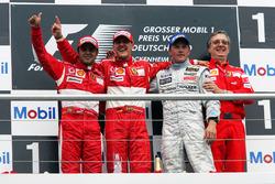 Podio: segundo lugar Felipe Massa, Ferrari; ganador de la carrera Michael Schumacher, Ferrari; tercer lugar Kimi Raikkonen, McLaren; Paolo Martinelli, Director de motores de Ferrari