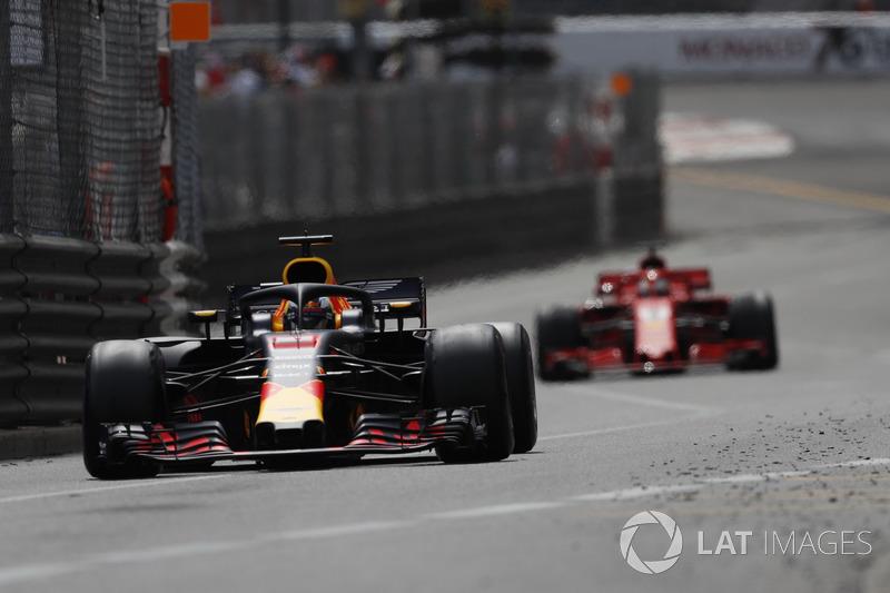 Daniel Ricciardo, Red Bull Racing RB14 y Sebastian Vettel, Ferrari SF71H