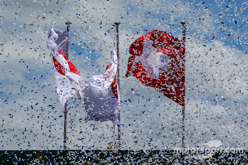 Des drapeaux japonais et suisses