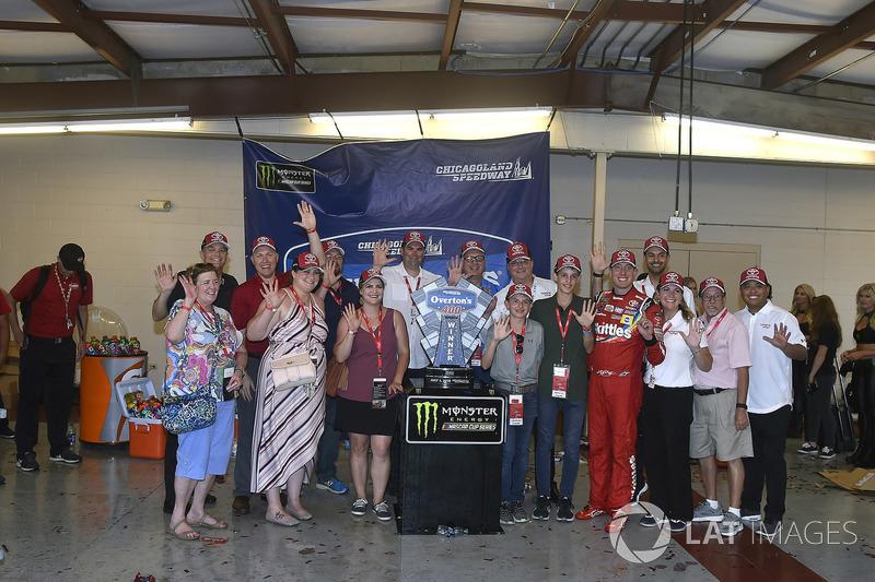 Kyle Busch, Joe Gibbs Racing, Toyota Camry Skittles Red White & Blue, festeggia la vittoria