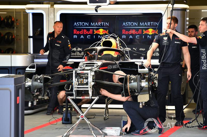 Red Bull Racing RB14 garajda