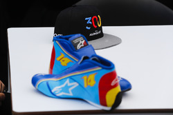 Le scarpe e il cappellino di Fernando Alonso, McLaren, che celebrano il suo 300esimo Gran Premio