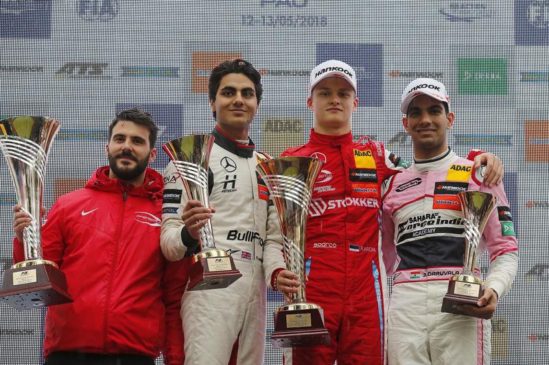 Подиум: победитель Ральф Арон, PREMA Theodore Racing, второе место – Энаам Ахмед, Hitech Bullfrog GP, третье место – Джехан Дарувала, Carlin