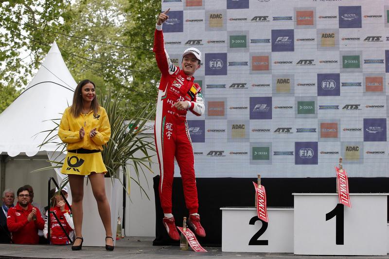 Подиум: победитель Гуанью Чжоу, PREMA Theodore Racing