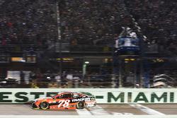 Мартин Труэкс-мл., Furniture Row Racing Toyota пересекает финишную черту и выигрывает чемпионский титул 2017 года