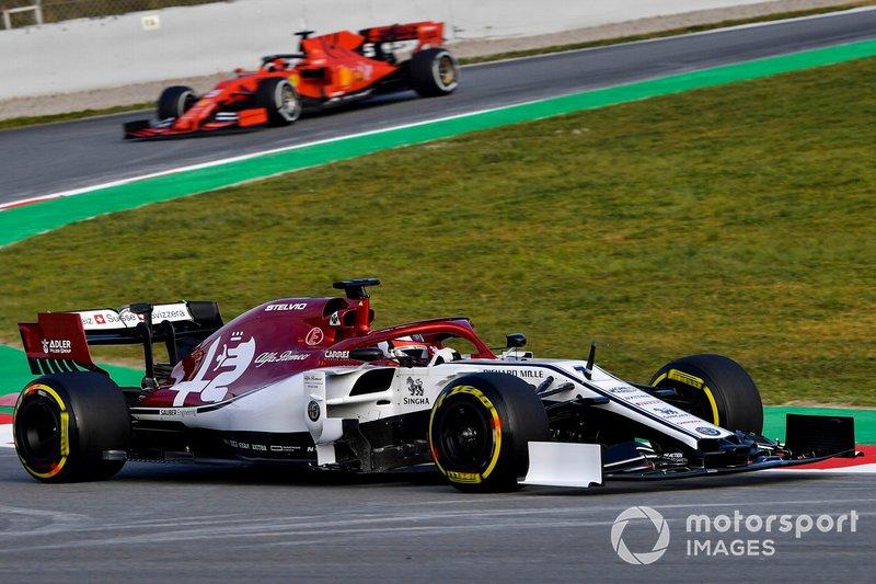 Kimi Raikkonen, Alfa Romeo Racing C38, y Sebastian Vettel, Ferrari SF90