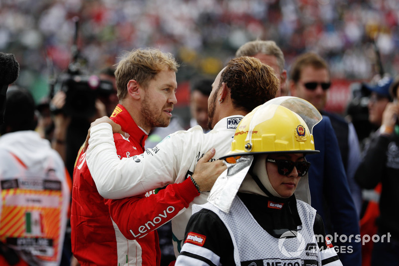 Sebastian Vettel, Ferrari, felicita al campeón mundial Lewis Hamilton, Mercedes AMG F1, en el Parc Ferme