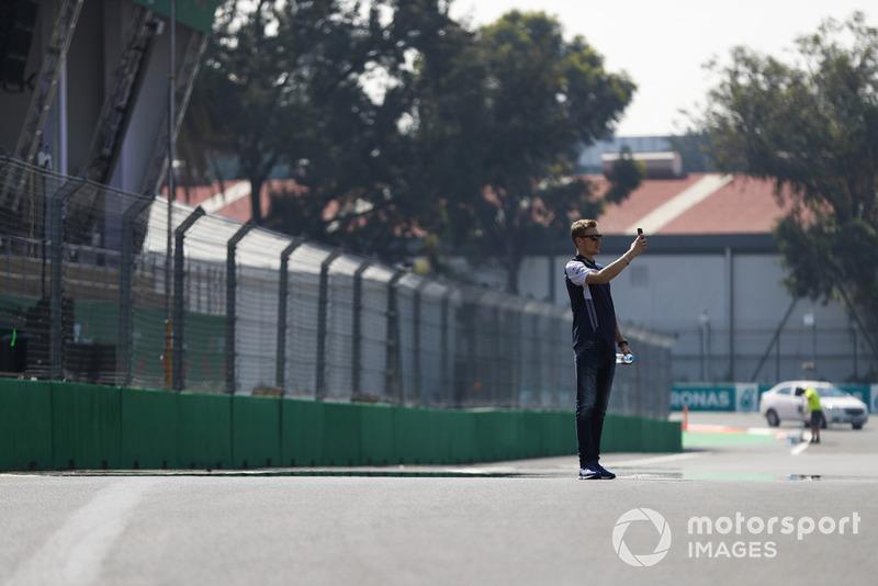 Sergey Sirotkin, Williams Racing, avec son téléphone sur la piste
