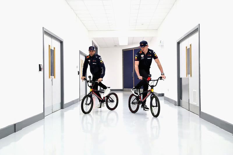 Max Verstappen, Red Bull Racing e Daniel Ricciardo, Red Bull Racing, in bici
