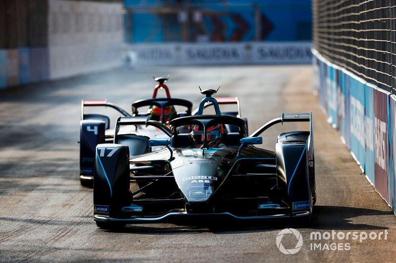 Gary Paffett, HWA Racelab, VFE-05 ahead of Robin Frijns, Envision Virgin Racing, Audi e-tron FE05