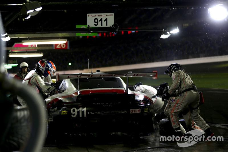 Pitstop, #911 Porsche Team North America Porsche 911 RSR: Patrick Pilet, Dirk Werner, Frédéric Makowiecki