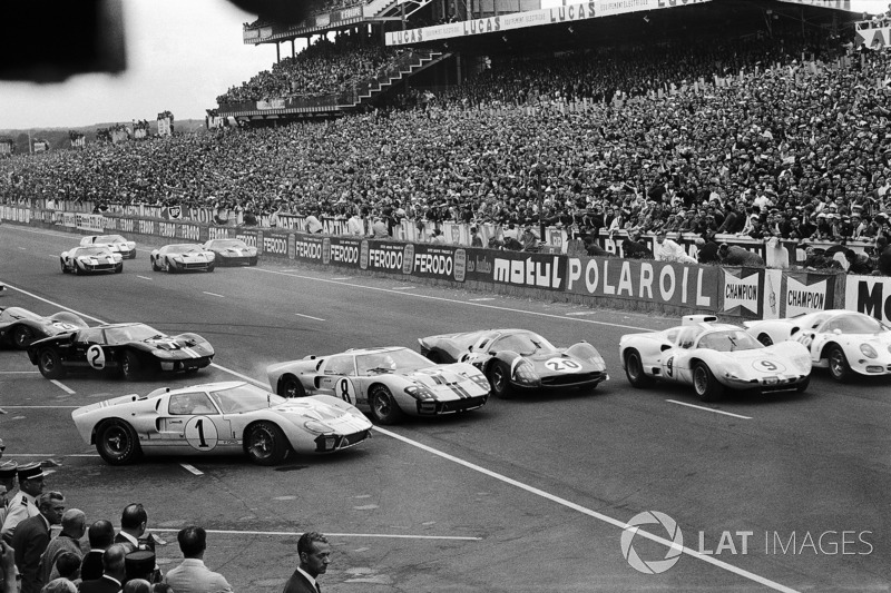 #1 Ken Miles, is getting jumped at the start by John Whitmore's Ford #8, Mike Parkes' Ferrari #20, Jo Bonnier's Chaparral-Chevrolet #9 and Bob Bondurant's Ferrari #8