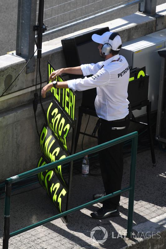 Mercedes AMG F1 mecánico en pit board