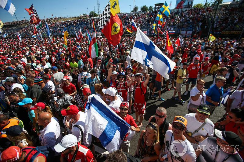 Los aficionados y banderas de ferrari en las celebraciones del podio