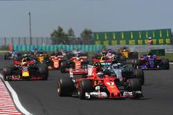 Kimi Raikkonen, Ferrari SF70-H at the start of the race
