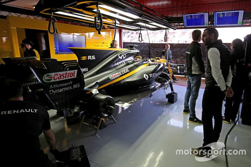Cyril abiteboul directeur g n ral renault sport f1 team essais de barcelone i photos - Garage renault viry chatillon ...