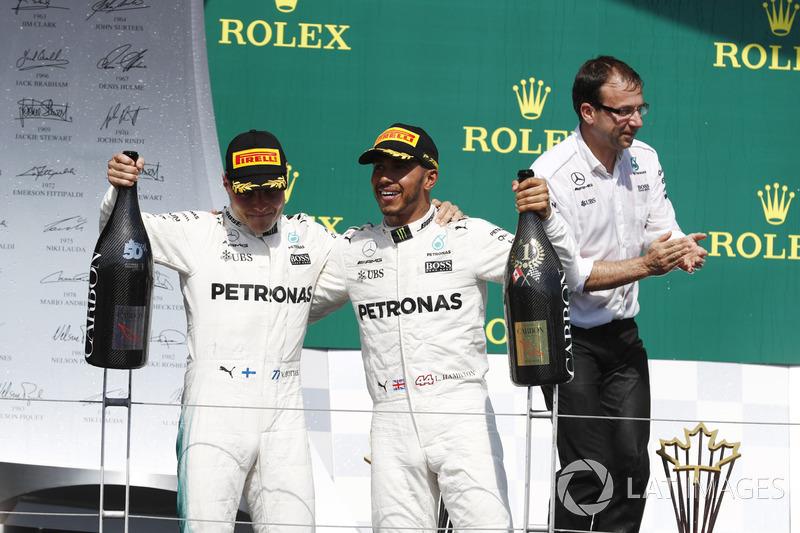 Победитель Льюис Хэмилтон и обладатель второго места Валттери Боттас, Mercedes AMG F1