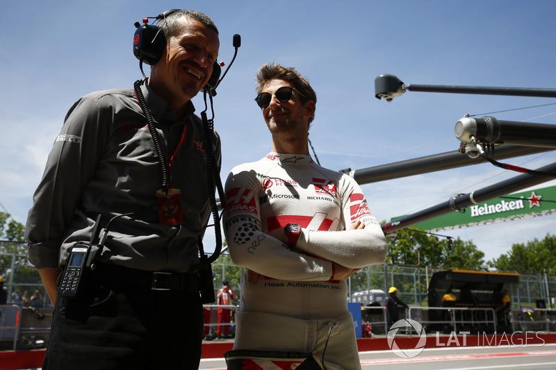 Гонщик Haas F1 Team Ромен Грожан и руководитель команды Гюнтер Штайнер