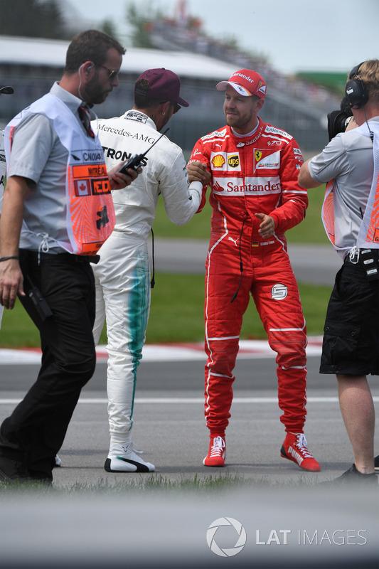 Гонщик Mercedes AMG F1 Льюис Хэмилтон и пилот Ferrari Себастьян Феттель