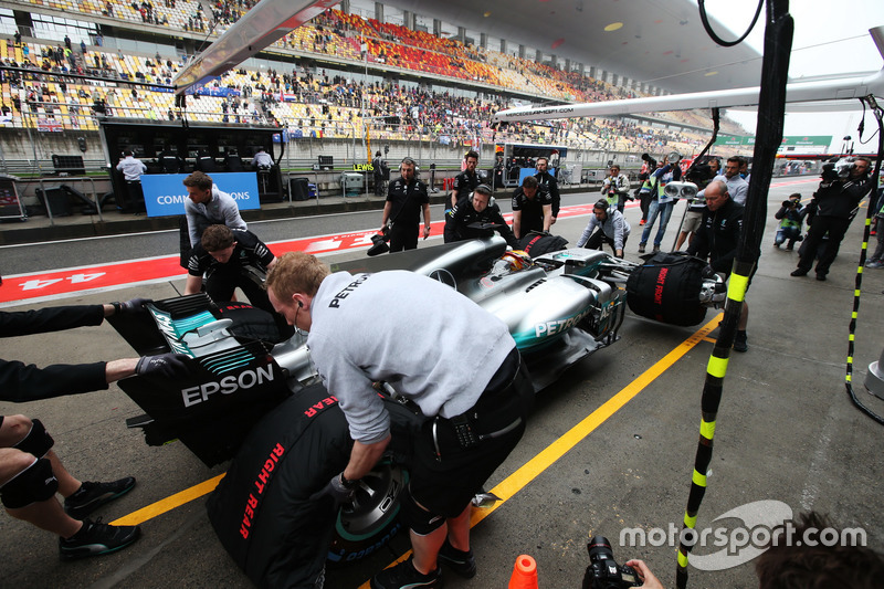 Lewis Hamilton, Mercedes AMG F1 W08, is recovered from the pit lane by his team