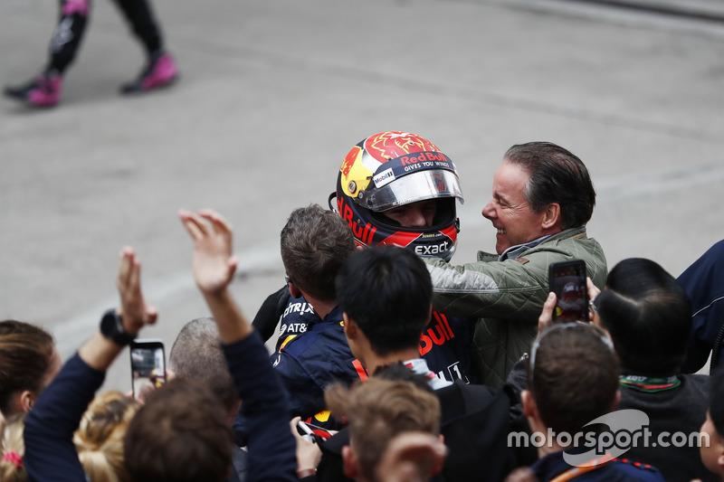Max Verstappen, Red Bull, im Parc Ferme mi seinem Team und Vater Jos Verstappen