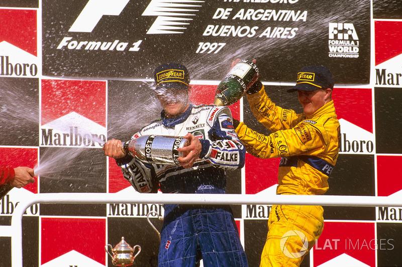 Podio: ganador de la carrera Jacques Villeneuve, Williams Renault, tercer lugar Ralf Schumacher, Jordan Peugeot