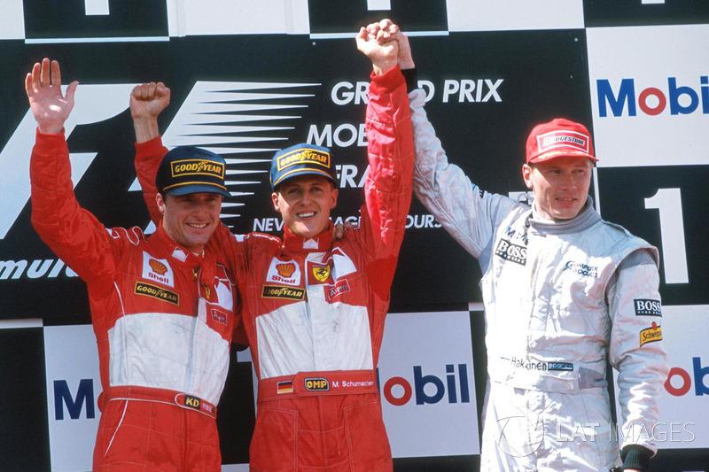 Podyum: Yarış galibi Michael Schumacher, Ferrari, 2. Eddie Irvine, Ferrari, 3. Mika Hakkinen, McLaren