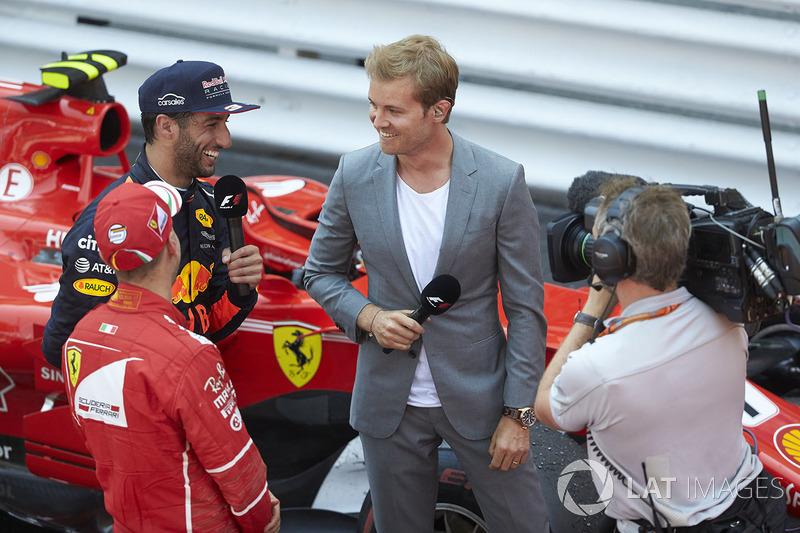 El retirado campeón del mundo Nico Rosberg entrevista al ganador de la carrera Sebastian Vettel, Ferrari, Daniel y Ricciardo, Red Bull Racing