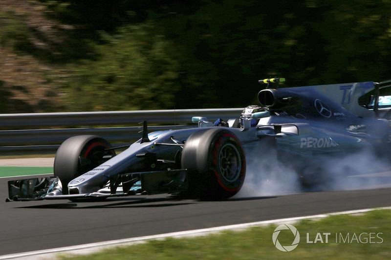 Valtteri Bottas, Mercedes AMG F1 W08, locks-up a front wheel