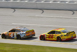 Kevin Harvick, Stewart-Haas Racing Ford and Joey Logano, Team Penske Ford