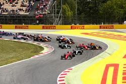 Rennstart: Sebastian Vettel, Ferrari SF70H; Lewis Hamilton, Mercedes AMG F1 W08; Kimi Räikkönen, Ferrari SF70H; Max Verstappen, Red Bull Racing RB13; Valtteri Bottas, Mercedes AMG F1 W08