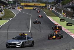 Daniel Ricciardo (Red Bull Racing RB12) a biztonsági autó mögött