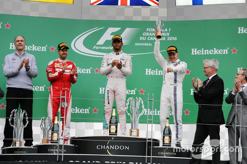 Podio: Sebastian Vettel, Ferrari, segundo lugar; Lewis Hamilton, Mercedes AMG F1 ganador de la carrera y Valtteri Bottas, Williams, tercer lugar