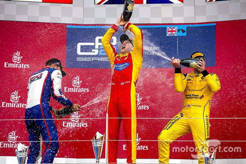 المنصة: الفائز بالسباق جوردان كينغ، ريسينغ انجينيرينغ، المركز الثاني لوكا غيوتو، تريدنت، المركز الثالث أوليفر رولاند، ام.بي موتورسبورت