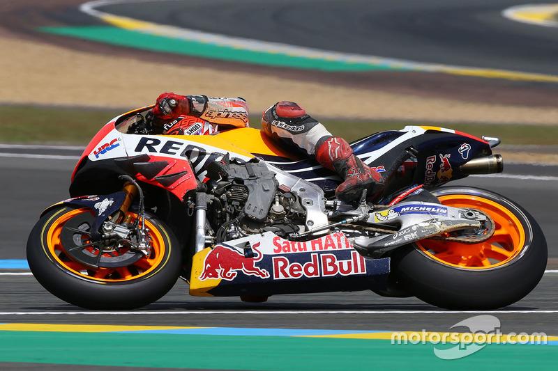 Марк Маркес на пошкодженому після аварії мотоциклу, Гран Прі Франції