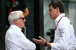 Charlie Whiting, delegado de la FIA con Toto Wolff, Mercedes AMG F1 accionista y Director Ejecutivo